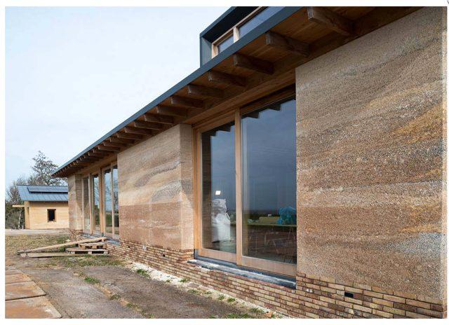 Nieuwbouw met kalkhennep gevel en dak in Oudega, Friesland.